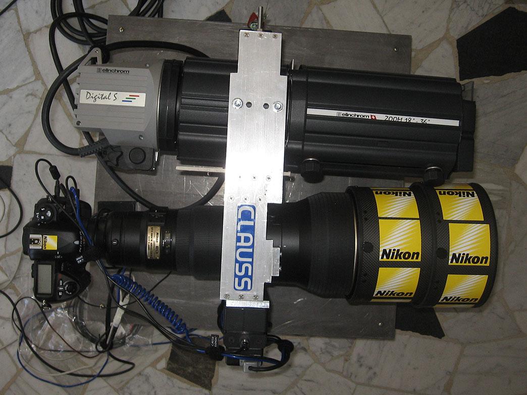 Der Blitzkopf ist parallel zum Objektiv montiert und wird bei der Aufnahme mitbewegt.